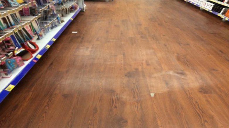 pemasangan lantai vinyl tanpa selfleveling dengan hasil akhir tampak bergelombang