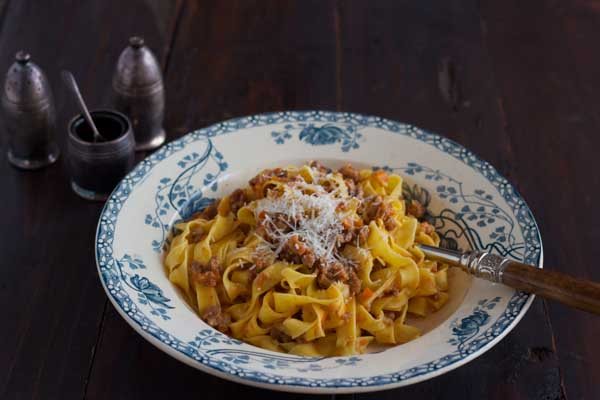Tagliatelle alla bolognese (扁长的新鲜鸡蛋意大利面,佐以博洛尼亚肉酱和Parmigiano-Reggiano奶酪)