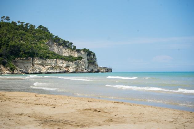 加尔加诺:清澈的蓝色海水之上的石灰岩悬崖,最靠前的尖端安装了特拉布克(一种捕鱼装备)