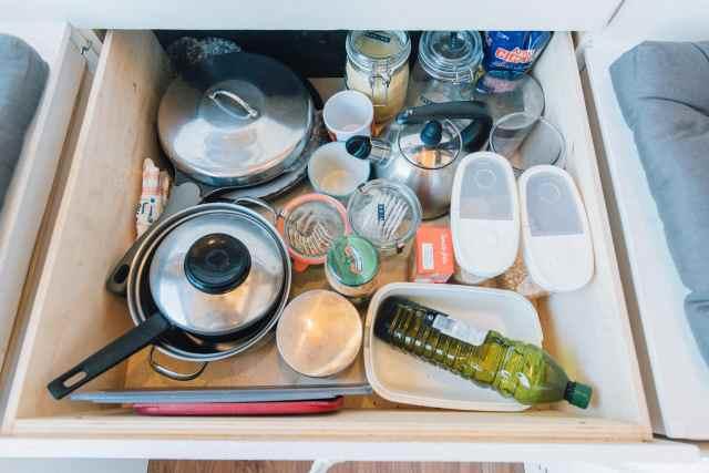 Van Schublade mit Küchenutensilien