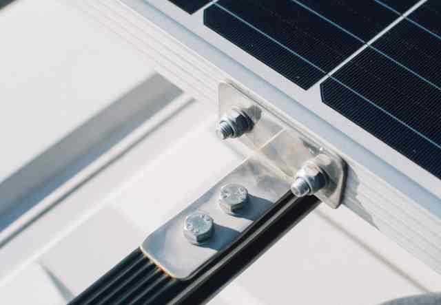 Befestigung des Solarpanel auf Dachträger mit Winkel
