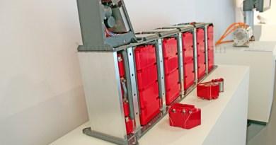 Symbolbild. Dies ist das Tunnelbatteriesystem mit 80 Makrozellen. Nennspannung 144 V, Energiegehalt: 15,4 kWh. Es gibt 2 unabhängige Batteriesysteme, Modulintegriertes Kühlkonzept. Das Gesamtsystem ist deformierbar, so kann die Aufprallenergie abgeleitet werden, ohne das die einzelnen Zellen beschädigt werden.