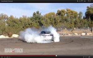 Das Elektroauto Model S von Tesla Motors lässt beim Spin off die Reifen qualmen. Bildquelle: Road & Track, Youtube.com
