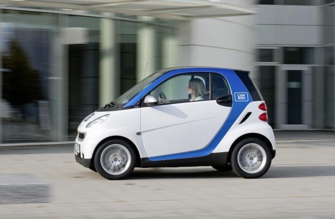 Symbolbild. Bei den weiß-blauen smart fortwo handelt es sich um Fahrzeuge des Carsharing-Dienstes car2go. Bildquelle: Daimler/car2go