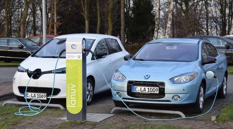 Elektroautos fahren zwar fast geräuschlos, aber das ist der EU-Kommission auch nicht recht. Hier sieht man 2 der Elektroautos, welche von nun an im Fuhrpark der NRW-Umweltverwaltung gefahren werden. Bildquelle: Renault