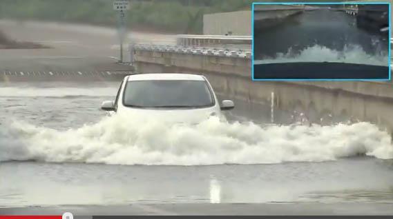 Hier wird das Elektroauto Nissan Leaf im 300mm tiefen Wasser getestet. Bildquelle: Youtube/Nissan
