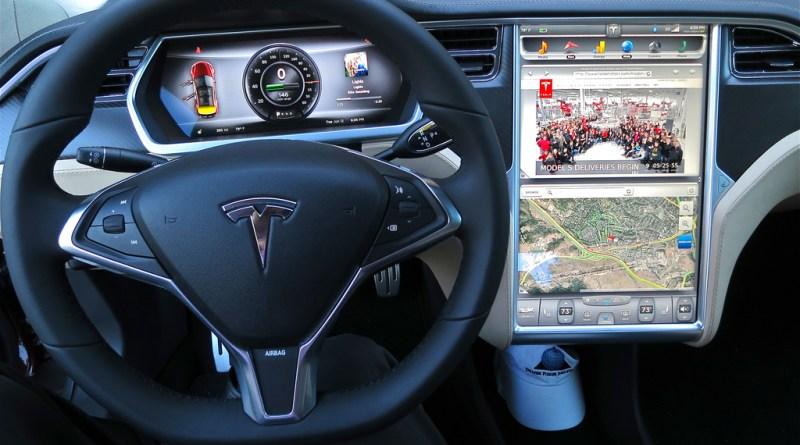 Symbolbild. Das Cockpit des Elektroauto Tesla Model S. Bildquelle: FlickR Jurvetson (CC BY 2.0)