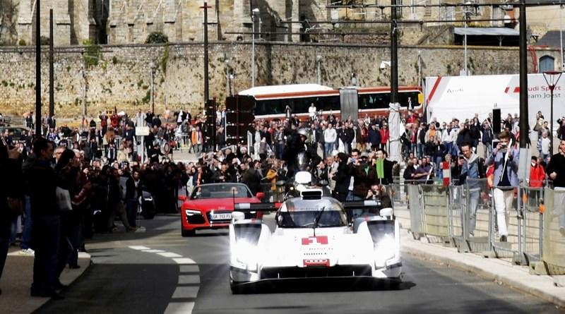 Audi ist mit einem spektakulaeren Auftritt in die WEC-Saison 2014 gestartet: Der neue Audi R18 e-tron quattro absolvierte seine ersten Kilometer in Le Mans nicht auf der legendaeren Rennstrecke in Westfrankreich, sondern im oeffentlichen Strassenverkehr. Le Mans: R18 e-tron quattro Fahrt im öffentlichen Straßenverkehr. Bildquelle: Audi/dpp-AutoReporter