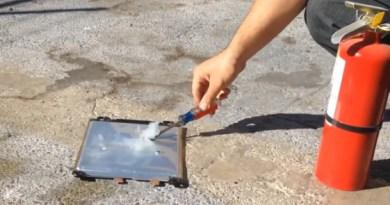 Dies ist eine Lithium-Ionen Akkuzelle, welche im Elektroauto Nissan Leaf zum Einsatz kommt. Bildquelle: HybridautoCenter.com/Youtube