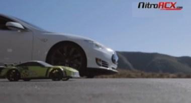 Das Elektroauto Tesla Model S tritt gegen ein RC-Car an. Bildquelle: NitroRCx / Youtube