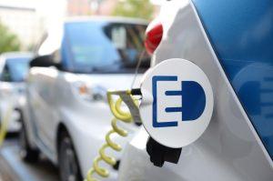 Das Elektroauto smart Fortwo Electric Drive wird aufgeladen, die blaue Farbe ist die typische Lackfarbe für die Fahrzeuge, welche über den CarSharing-Dienst Car2Go gemietet werden können. Bildquelle: Car2Go / Daimler AG