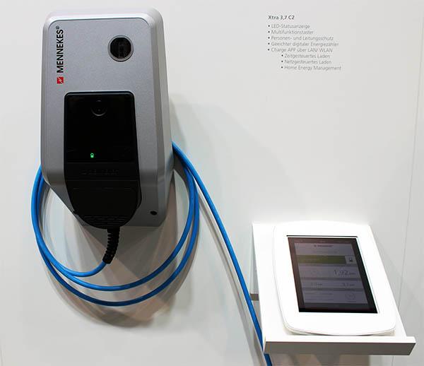 Dies ist die Ladestation Amtron von Mennekes, diese kann optional über das Wlan mit einem Tablet-PC oder Smartphone gesteuert und kontrolliert werden.