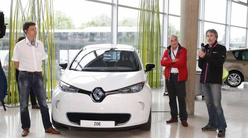 In der Mitte ist das Elektroauto Renault ZOE, eTourEurope, v.l.n.r., Werner Hillebrand, Organisator der Rallye, José Lanuza, Rallyeteilnehmer, Robert Morandeira, Rallyeteilnehmer, 2014. Bildquelle: Renault