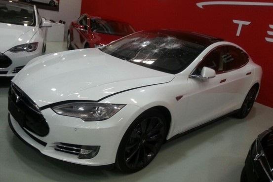 Chinese zerstört sein Elektroauto Tesla Motors weil er Tesla für zu arrogant hält. Bildquelle: (Image via WSJ/Yu Xinquan)