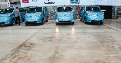 Elektroauto Nissan e-NV200 nebeneinander mit Licht