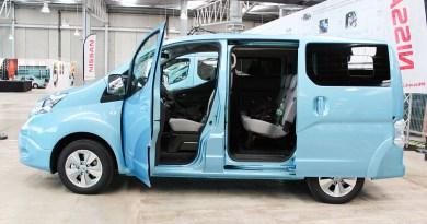 Elektroauto Nissan e-NV200 von der Seite