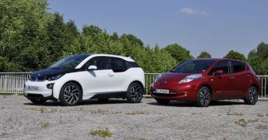 Links ist das Elektroauto BMW i3 und rechts ist das Elektroauto Nissan Leaf. Bildquelle: http://www.auto.de