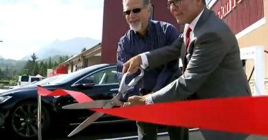 Hier wird der erste Supercharger Kanadad feierlich eröffnet. So kann nun auch in Kanada das Elektroauto Tesla Model S kostenlos aufgeladen werden. Bildquelle: CityTV Official / Youtube
