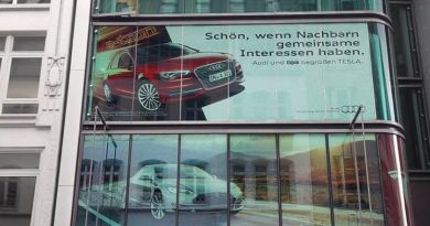Mit diesem Plakat begrüßt Audi das US-Unternehmen Tesla Motors. Bildquelle: Audi