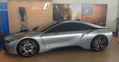 Auch wenn es wie das echte Plug-In Hybridauto BMW i8 aussieht, handelt es sich nur um eine Nachbildung aus Fieberglas. Bildquelle: laurel_bmw_westmont / ebay