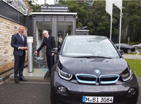 Am 19. September 2014 wurde das Elektroauto BMW i3 von Wolfgang Büchel (Leiter der BMW Niederlassung Berlin) an Museumsdirektor Prof. Dr. Dirk Böndel (rechts im Bild) übergeben. Bildquelle: BMW
