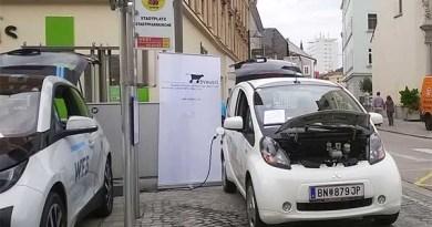 Rechts ist das Elektroauto Mitsubishi Electric Vehicle (vorher wurde es i-MiEV genannt) zu sehen, links im Bild steht wahrscheinlich ein Exemplar des Elektroauto BMW i3. Bildquelle: Thomas Hochreiter