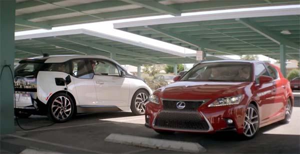 Links steht das Elektroauto BMW i3 und rechts das Hybridauto Lexus ct 200h. Bildquelle: Screenshot Lexus/Youtube