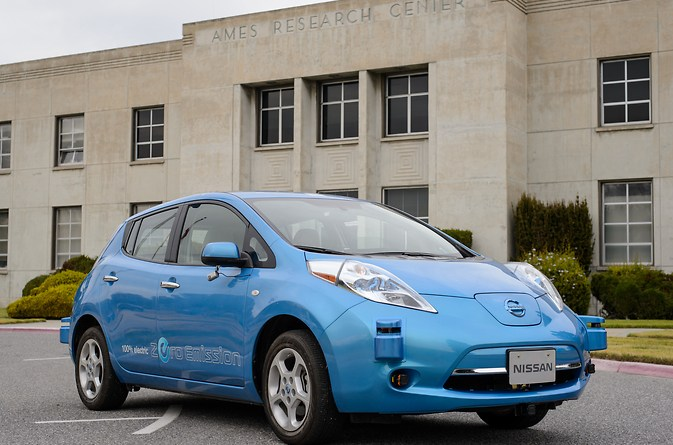 Das Elektroauto Nissan Leaf vor dem Ames Research Center. Bildquelle: NASA/Nissan
