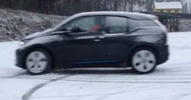 Elektroauto BMW i3 beim Driften im Winter. Bildquelle: Screenshot Youtube, Benutzer: Dee Jay