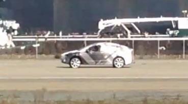 Elektroauto Tesla Model X Erlkönig. Bildquelle: Youtube.com User: Juan del Real