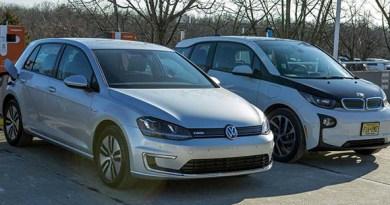 Die zwei Elektroautos VW e-Golf und BMW i3 vor den Schnellladestationen von ChargePoint. Bildquelle: insideevs.com