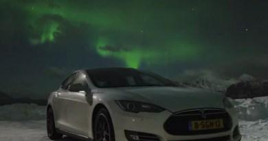 Das Elektroauto Tesla Model S und im Hintergrund sind die Polarlichter. Bildquelle: Youtube, Kanal: Thilo Bubek