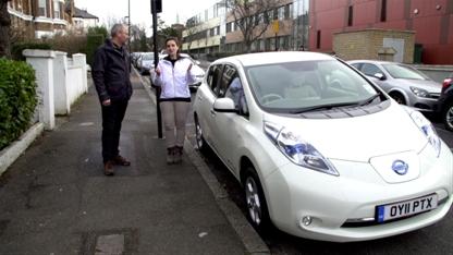 Robert Llewellyn und das Elektroauto Nissan Leaf. Bildquelle: Nissan