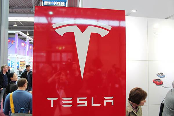 Elektroauto Tesla Model S P85 auf der Cebit Hannover 2015