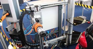 Hannover Messe - Autoples - Elektroauto wird von Roboter aufgeladen