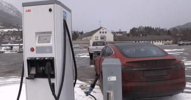 Das Elektroauto Tesla Model S an einer CHAdeMO Ladestation. Bildquelle: Bjørn Nyland (Youtube)