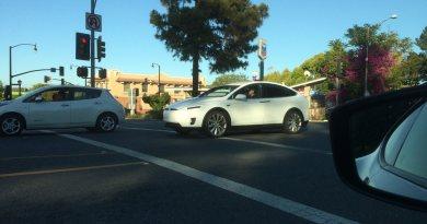 Hier sieht man wahrscheinlich eine seriennahe Version des Elektroauto Tesla Model X. Zufällig ist auch ein Nissan Leaf mit auf dem Bild. Bildquelle: hushypushy (vwvortex.com)