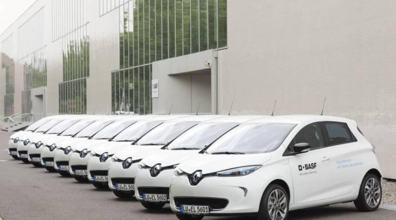 Hier sieht man ein paar der BASF-Firmenfahrzeuge, es handelt sich um das Elektroauto Renault Zoe. Bildquelle: Renault