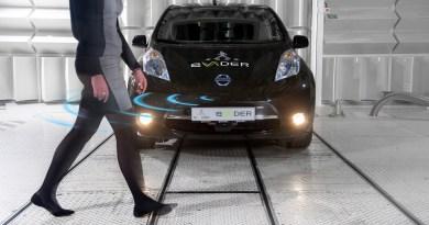 Nissan hat mit an dem eVADER-Projekt gearbeitet, dass System erkennt Fußgänger und Radfahrer anhand einer Kamera und warnt diese zielgerichtet per Lautsprecher. Bildquelle: Nissan