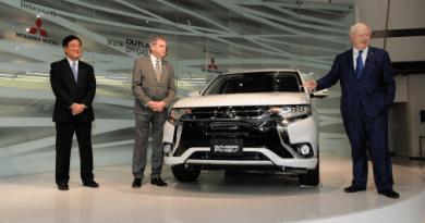 Boris Johnson (links) enthüllte im Beisein des Präsidenten und CEO, Osamu Masuko, sowie Lance Bradley, Geschäftsführer von Mitsubishi Großbritannien, die neue Outlander Modellpalette. Bildquelle: Mitsubishi Motors
