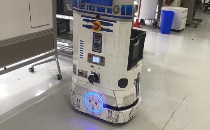 Bei Tesla Motors gibt es über 542 Roboter, manche tragen die Namen der Superhelden von X-Men und manche sehen wie Sci-Fi-Berühmheiten aus: Hier sieht ein kleiner Lieferroboter wie R2D2 aus Star Wars aus. Bildquelle: imgur | pornymcgee.
