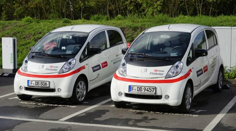 Flinkster ist das Carsharing-Angebot der Deutschen Bahn. Zur Flinkster-Flotte gehören auch die e-Flinkster genannten Elektroautos - u.a. Peugeot. Seit Sommer 2010 sind die e-Flinkster in den Städten Frankfurt (Main), Berlin und Saarbrücken unterwegs. In Berlin sind sie Bestandteil des Projektes BeMobility zur Integration von Elektrofahrzeugen in den öffentlichen Verkehr. Bildquelle: Deutsche Bahn AG/Volker Emersleben