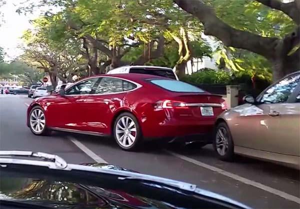 Ein Besitzer des Elektroauto Tesla Model S rammt einen BMW. Bildquelle: Revs Docent / Youtube.com