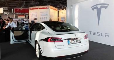 Das Elektroauto Tesla Model S P90D bei der CeBit in Hannover (Jahr 2016)