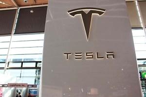 CeBit Das Elektroauto Tesla Model S P90D und der Autopilot Logo