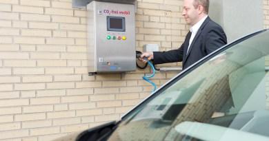 Ein Elektroauto wird an eine Ladestation angeschlossen. Bildquelle: enercity