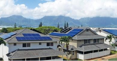 Hier sieht man eine typische Anwendung von Solaranlagen, während tagsüber der Strom erzeugt wird, kann dieser in einem stationären Energiespeicher gespeichert werden, so kann man ihn auch Abends nutzen. Bildquelle: SolarCity