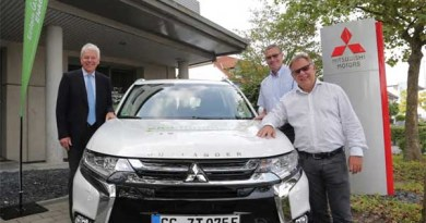 Mitsubishi Deutschland Geschäftsführer Werner H. Frey übergibt die Fahrzeuge (3 Einheiten des Plug-In Hybridauto Mitsubishi Outlander PHEV) an Thomas Ammon von der Stadtverwaltung Flörsheim und Reinhard Blüm von den Stadtwerken Rüsselsheim (v. li. n. re). Bildquelle: Mitsubishi Motors