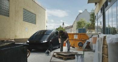 Den im Elektroauto Sono Sion gespeicherten Strom kann man auch wieder für externe Geräte nutzen, der Stromspeicher im Stromer lädt sich zum Beispiel über die Solarpanele auf dem E-Auto auf. Bildquelle: Sono Motors