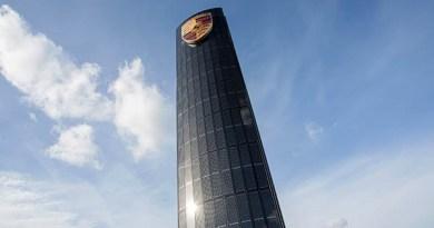 Porsche Zentrum Berlin Adlershof: Der Photovoltaik Pylon ist 25 Meter hoch und erzeugt Strom, um damit Elektroautos aufzuladen. Bildquelle: Porsche